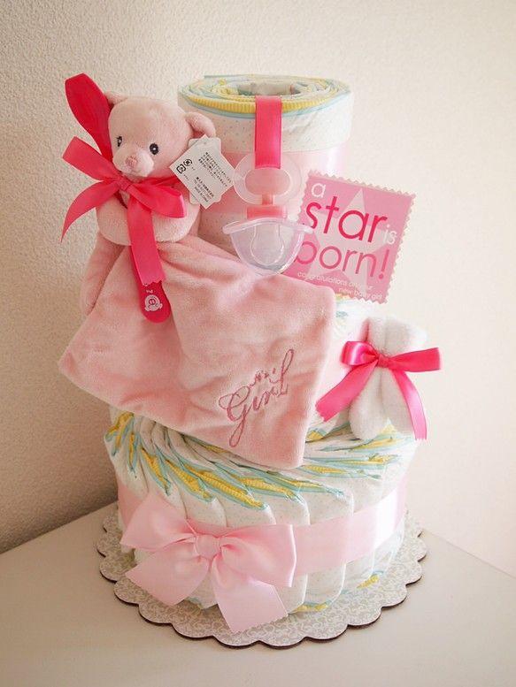 赤ちゃんの大好きなふわふわブランケットテディがついたガールズ用3段おむつケーキです。ブランケット部分の「 It`s a Girl! 」の刺繍がおしゃれです。サ...|ハンドメイド、手作り、手仕事品の通販・販売・購入ならCreema。