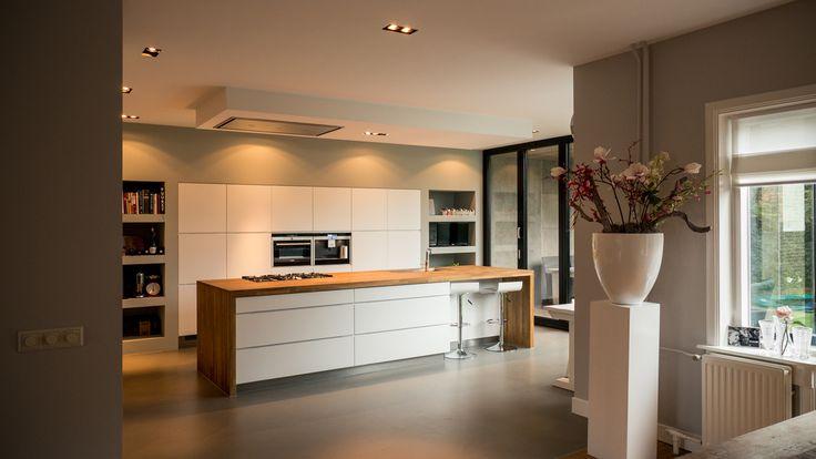 Ontwerp nieuwe woonkeuken met luxe kookeiland, kastenwand, vouwschuifpui en gietvloer voor extra wooncomfort en kookplezier.