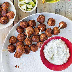 Wortel-champignonballetjes - 4 el olijfolie 1 ui, gesnipperd 200 g winterpeen 1 tl milde paprikapoeder 1 bakje champignons (250 g), fijngesneden 1 blikje tomatenpuree (70 g) 1 blik linzen (400 g), uitgelekt 4 sneetjes wit tijgerbrood, geroosterd 50 g walnoten, gehakt 3 eieren 75 g Parmezaanse kaas, geraspt