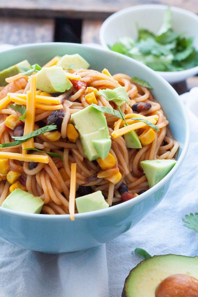 One Pot Mexican Pasta -  Spaghetti, schnell, einfach - mit schwarzen Bohnen, gehackten Tomaten, Mais (und Avocado als Topping) - mal was anderes - http://kochkarussell.com/one-pot-mexican-pasta/
