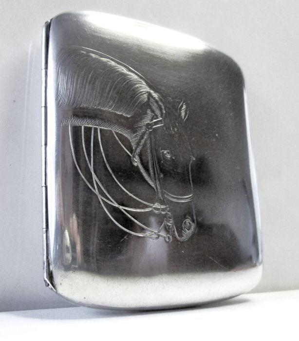 Online veilinghuis Catawiki: Belgische zilveren sigarettenkoker met paarden hoofd