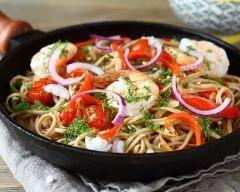 Nouilles sautées aux crevettes et légumes au wok (facile, rapide) - Une recette CuisineAZ