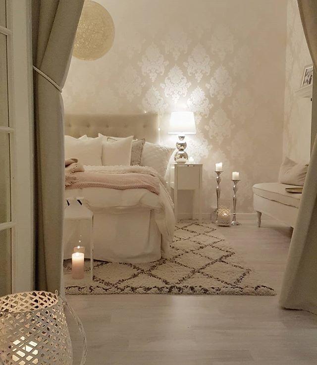 Wunderschöne cremetöne und weiße Bettwäsche im…