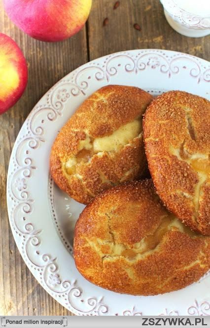 Drożdżówki z Jabłkami Składniki na ciasto (na ok 8-10 drożdżówek z jabłkami): 200ml mleka 40g świeżych drożdży 150g cukru 500g mąki pszennej 90g miękkiego masła 1 jajko Mleko podgrzej aż będzie letnie. Dodaj do niego rozdrobnione drożdże oraz cukier i pozostaw na 5 minut w spokoju. Po upływie tego czasu dodaj mleko wymieszane z drożdżami i cukrem do mąki, masła i jajka. Wyrób elastyczne i jednolite ciasto i pozostaw w cieple do podwojenia objętości na ok 30-50 minut. Następnie wyrośnięte…