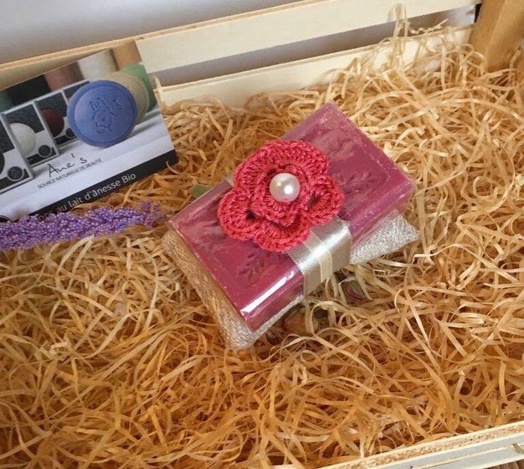 Sapone naturale di Provenza con fiore a crochet rosa, by L' Atelier di Trame Preziose, 7,00 € su misshobby.com