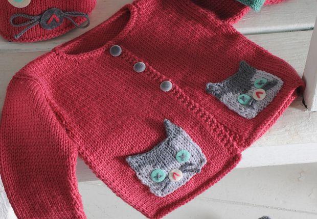 Un gilet chat à tricoter Réalisez ce gilet en tricot pour bébé, décoré avec un petit chat brodé sur les poches. 3-12 months. Free pattern in French