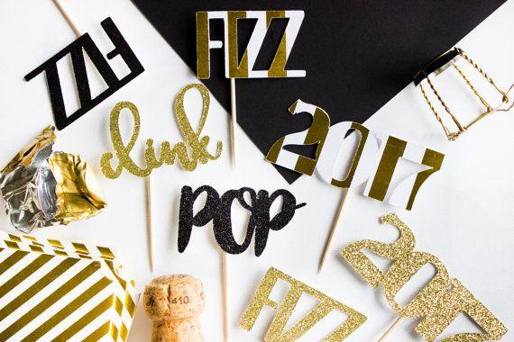 Ring in 2017 met een pop, clink en fizz! Deze spectaculaire feestelijke pop, clink fizz en 2017 toppers zal de beste aanraking toevoegen aan uw NYE partij, New Years bruiloft of stay-at-home, low-key New Years Eve feest.  Elke topper maatregelen over 2-3 wide x 1-2 tall, afhankelijk van de klapper. Er zijn 3 van elk ontwerp (pop, clink fizz, 2017) en een mengsel van de volgende soorten premium karton:  -Witte en gouden folie gestreept -Goud glitter -Zwarte glitter  Als uw NYE partij of…