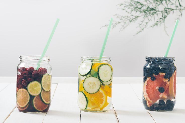 Если вы один из тех, кому непросто влить в себя достаточно воды в течении дня по причине того, что она кажется вам невкусной, скучной, и вам приятнее вкус лимонада, а также если вы пьете воду с лимоном и она вам уже порядком надоела, у меня есть для вас лучшее решение в мире! Отодвиньте свою лимонную воду в сторону и попробуйте ФРУКТОВЫЕ НАСТОЙКИ!