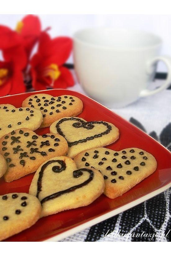 """Najlepsze kruche ciasteczka, jakie jadłam. Delikatne, rozpływające się w ustach, cudownie pachnące wanilią. Aż ciężko się od nich """"oderwać""""."""