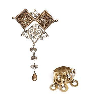 BUNADSRING OG BROSJE.  Forgylt sølv. og sølv. Støpt ring med fem ringerpå montert. Brosje med filigransarbeid og løv.