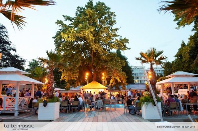 Venez à la Terrasse de l'Hippodrome, pour un cocktail. Une fois par année cet évènement est organisé pendant un mois. A 15 min de chez nous #dolcelahulpe