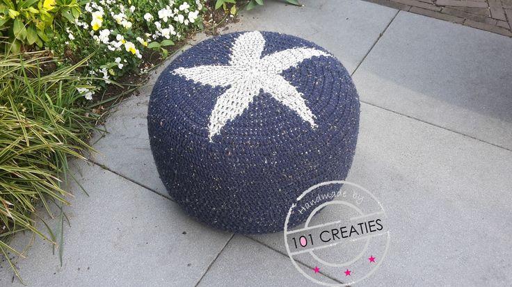 Blauwe poef met ster. Eenvoudig zelf te haken. Kijk op www.101creaties.nl voor het gratis patroon.