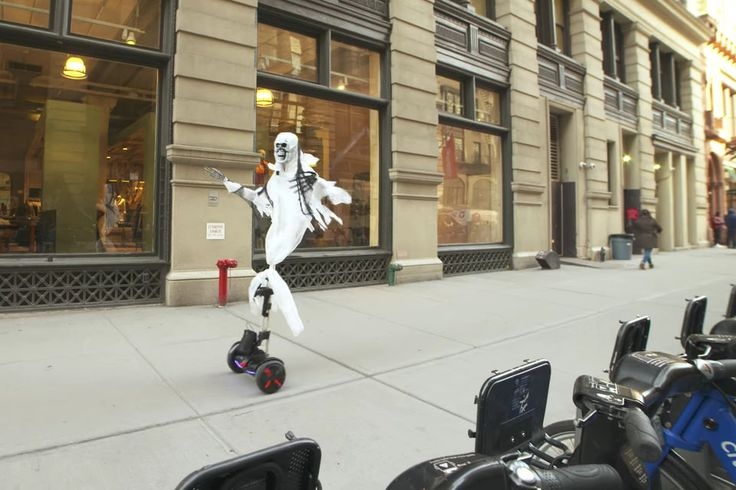 Скелет на сигвее испугал жителей Нью-Йорка