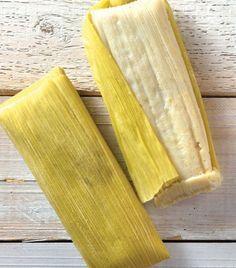 15 elotes desgranados 1 taza de azúcar 1 taza de aceite 15 hojas de maíz Preparación 1. Muele los granos de elote con el azúcar y una pizca de sal. Añade el aceite en forma de hilo hasta que esté totalmente integrado y se forme una pasta. 2. Coloca una cucharada de la mezcla en una hoja de maíz. Ciérrala y repite el proceso con cada una de las hojas. 3. Cuece los tamales dentro de la vaporera por aproximadamente 40 minutos o hasta que notas que su contenido se desprende de la hoja.