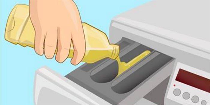 Giet azijn in de wasmachine.