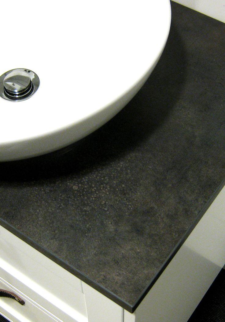 Hafa Eden bänkskiva badrum. Bänkskiva i oljad massiv ek eller mörkgrått stenmönstrat laminat.