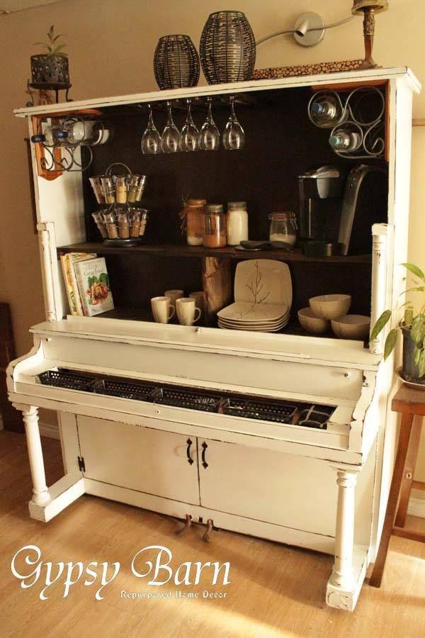 Après le recyclage d'un piano à queue en fontaine, pourquoi ne pas recycler un vieux piano droit en magnifique buffet au look tout à fait unique! Superbe idée! Pensez y avant de jeter le vieux piano famillial aux ordures!