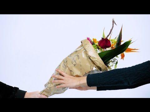 DIY: inpakpapier voor bosje bloemen - HANDLETTERING DOE JE ZO! - YouTube