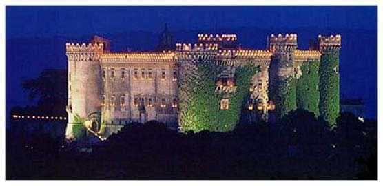 Vista serale sul castello Orsini Odescalchi illuminato di Bracciano