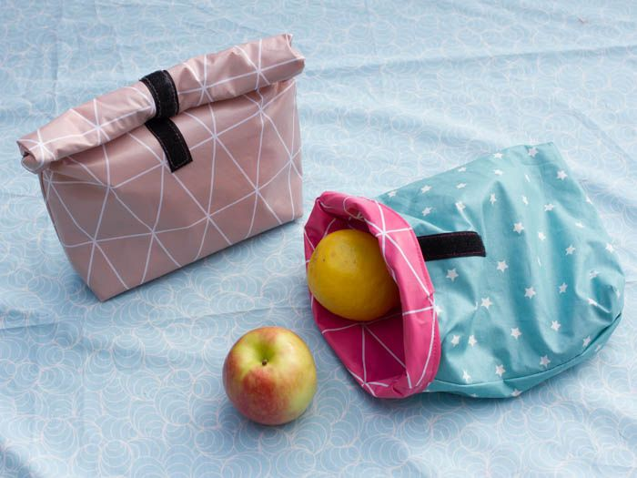Nastja shows you how to make a practical lunch bag. The bag is made of oil cloth, making it washable, perfect for packed lunches!