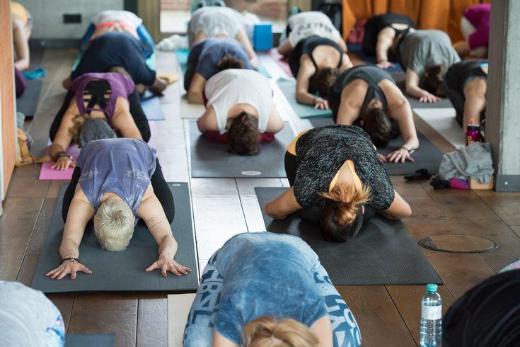 Event-Tipp // Yogi Days X-Mas Special in Düsseldorf mit Claudia Uhrig & Team | Mit den YOGI DAYS hat sich die Eventmanagerin und Yogalehrerin Claudia Uhrig einen Traum wahr gemacht. Seit 2015 bringt sie hier beliebte Yogalehrer und neugierige Yogis zum gemeinsamen Praktizieren, Entdecken und Austauschen zusammen.