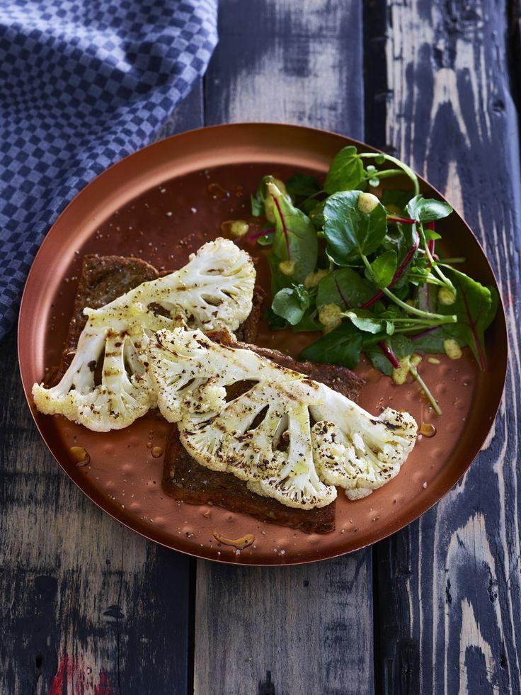Gegrilde bloemkoolsteaks op hartige wentelteefjes. Lekker als warme lunch of als bijgerecht bij gegrilde kip of biefstuk en groene salade.