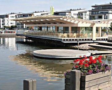 Piano pavilijonki, puusta ja lasista rakennettu kahvila sijaitsee osittain veden päällä Lahden satamassa. Arkkitehti Gert Wingårdhin suunnittelema.