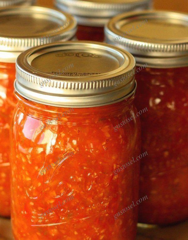 """""""Adjika"""" este un sos picant, foarte aromat ce isi are originea pe undeva prin caucaz, dar se bucura de mare popularitete si in tarile ex-sovietice.Se prepara anume in aceasta perioada a anului, din legume proaspete si bine coapte ce le gasim din abundenta acum pe tarabe: rosii,"""