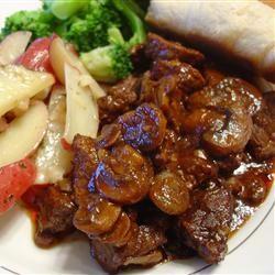 Een lekker koolhydraatarm vleesgerecht, entrecote blokjes met knoflook, tomatensaus en rode wijn.