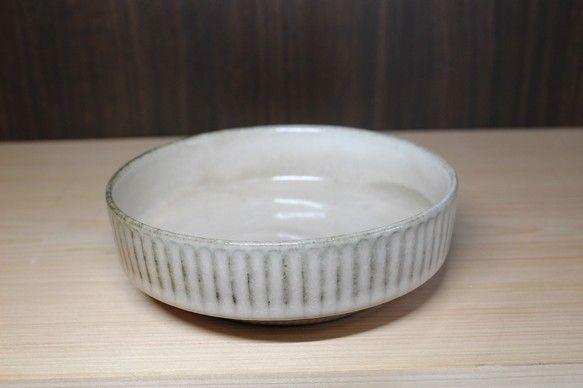 ・ドラ鉢寸法/口径:135  深さ:36  高さ:45外側は「鎬(しのぎ)」という技法で彫りをしております表面に凹凸ができ、線模様が出てきています。流れる釉薬...|ハンドメイド、手作り、手仕事品の通販・販売・購入ならCreema。
