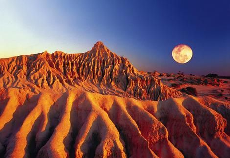 The moonlike landscape of Mungo National Park at the heart of New South Wales Willandra Lakes World Heritage Area. #Australia.