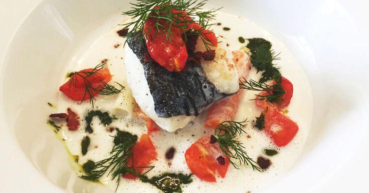 Lyxig ugnsbakad torsk som serveras med vitvinssås, kokta grönsaker, bakade tomater, knaprigt bacon och hemgjord dillolja.Sveriges mästerkock i samarbete med BIC Megalighter, grill- & braständare