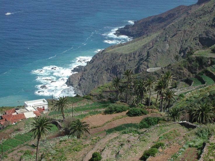 La Gomera está bien comunicada por su aeropuerto, en el sur, con vuelos a Tenerife y Gran Canaria.