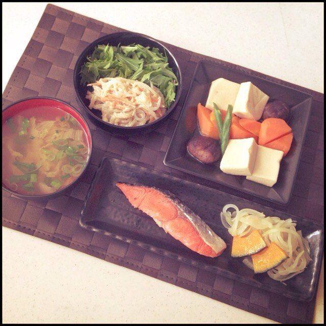 _.moco._献立 ☆鮭 ☆炊き合わせ ☆白味噌マヨサラダ ☆お吸い物 … 今日のサラダの味付けは、 白味噌とマヨネーズを2:1。 お砂糖とお醤油を少々に 白胡麻をたっぷり加えてよく混ぜ合わせたものです。 炊き合わせの人参のために剥いた皮を細切りにして白糸蒟蒻と炒めて、ボウルでよく合わせました。 味が濃いめなので、 水菜はあえて一緒に混ぜずそのままで♪ … #夕食 #夜ごはん #和食 #ごはん #おかず #鮭 #魚 #塩 #和 #野菜 #炊き合わせ #煮物 #彩り #サラダ #スープ #お吸い物 #料理 #食事 #メニュー #ヘルシー #レシピ #献立 #おうちごはん #おいしい #うまうま #dinner #cook #cooking #food #yummy
