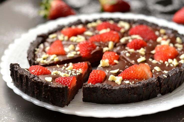 Sütés nélküli csokoládés-epres pite recept: Szerintem ez egyik legjobb sütés nélküli torta! Oreo kekszes alap, krémes csokiréteg és friss eper, amit persze bármilyen más gyümölccsel lehet helyettesíteni. Egyszerűen zseniális! Nagyon finom!
