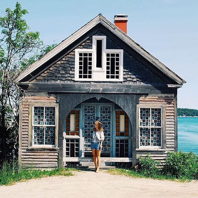 Who's ready for a long weekend?   This dreamy cottage @lucylaucht spotted up in Maine is here to remind us all that it's not too late to plan an adventure! #wheretofindme #regram
