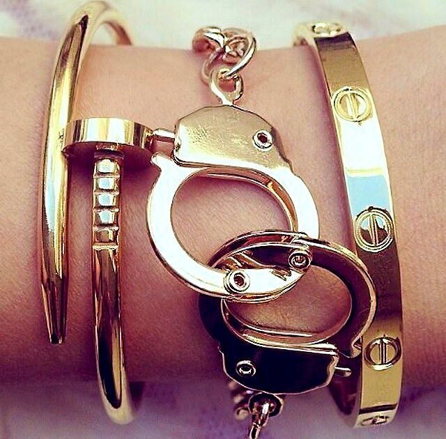 Lock up a kick-ass look with our Working Handcuff Bracelet! The handcuff charms and box-cut curb chain are made entirely of jeweler's quality 316L Stainless Steel for a great look on both men and wome