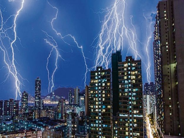 "Hong Kong dipanah 10000 petir   Langit malam di Hong Kong menerima 10000 kilat semasa ribut petir hujung minggu lalu.  HONG KONG - CHINA. Kira-kira 10000 panahan petir memancar dan menerangi langit malam di Hong Kong hujung minggu lalu. Pusat pemerhati negara itu mencatatkan 5905 panahan kilat tengah malam kebanyakannya melanda Pulau Lantau serta Wilayah Baharu. ""Suhu yang tinggi Sabtu lalu memudahkan perolakan yang menerbitkan udara panas dari tanah dan seterusnya mewujudkan udara tidak…"