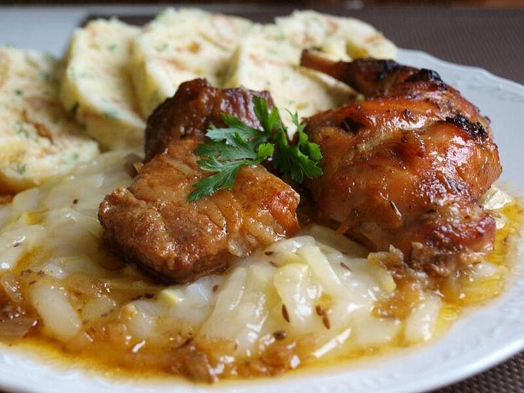 maso pokrájíme na větší kousky, cibuli zpěníme na sádle, přidáme maso, rozdrcený česnek, kmín a sůl. Krátce osmahneme po všech stranách,...