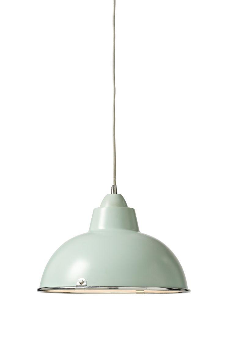 med skjerm i lakket metall. Tekstiltrukket ledning. Høyde 17,5 cm diameter 31,5 cm. Kontakt E27. Pære maks 60W. Ledning 1m. OBS! Noen tak/vinduslamper leveres med EU-støpsel som ikke kan benyttes i Norge. Dette må klippes av - for utbytting til støpsel av norsk standard (må utføres av autorisert elektriker). Alle våre lamper er CE-godkjente.