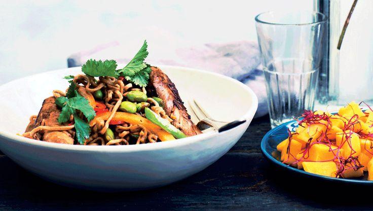 Madplan for uge 20: Ugens tirsdagsopskrift er lynstegt kylling med grøntsager og mangosalat. Få opskriften her