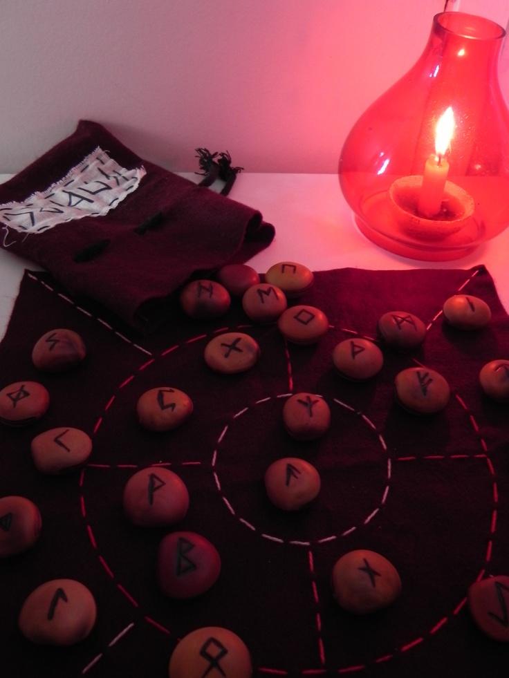 """Runas do antigo Futhark, alfabeto mágico nórdico.   Runas pirografadas em semente """"Olho de Boi"""", mandala para jogo divinatório exclusivo para runas feito em feltro bordado à mão, e saquinho de feltro para guardar runas e mandala. R$70 + frete"""