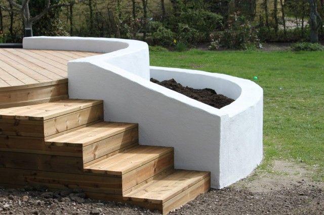Göra som en trappa på änden till trädäck och plantera smultron