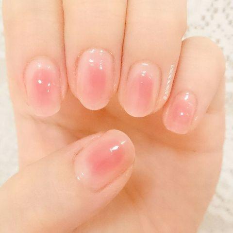 元の爪の色に近いピンク系のベースカラーを塗り、 さらにその上から爪の中央や指先などポイントに色をのせて、内側から色が滲みでているような、頬にのせるチークをネイルにも施したようなチークネイル。 おフェロなチークネイルはセル・・・