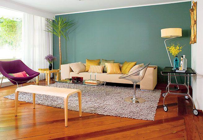A ideia era ter só uma parede colorida, neutra e escura na sala decorada com peças italianas, transparências e um toque de dourado. O verde-acinzentado caiu bem  Edu Castello / Casa e Jardim