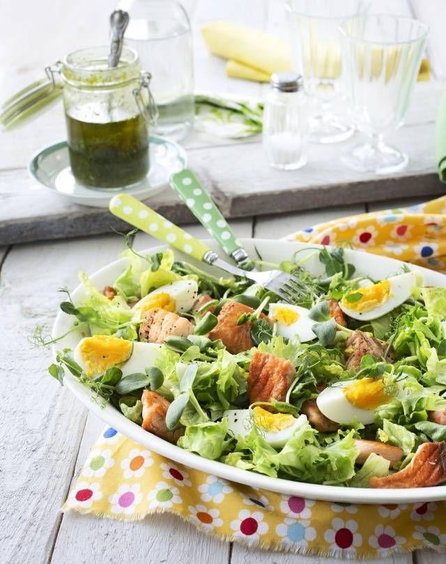 Ruokaisa lohisalaatti sopii kevyeksi lounaaksi tai alkupalaksi viikonlopun aterialle. Se on myös mainio eväsruoka.   Unelmien Talo&Koti Kuva: Satu Nyström Toimittaja: Jatta Heinlahti