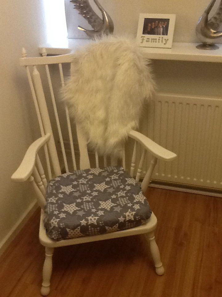 Oude stoel gelakt en laten bekleden!:)