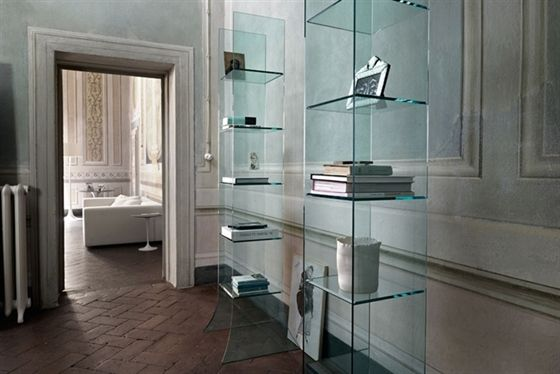 'Babele' Display in 10 mm-thick curved glass with welded and beveled 10 mm-thick glass shelves. Also available in extra-light glass.