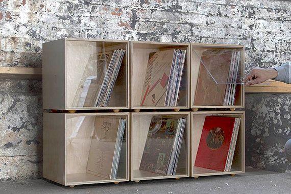 Un cubo contenitore in legno moderna, impilabile, colorato, solido per la vostra collezione di dischi in vinile. Ogni cubo di stoccaggio è realizzato a mano da legno compensato di betulla del Baltico presso il nostro negozio a Cincinnati, Ohio.  Unacrilica porta ruota e scivola in una scanalatura nella parte superiore del cubo deposito, in modo è possibile aprire i cubi per visualizzare la tua collezione di vinili, o chiuderle fino a polvere di tenere fuori.  Le dimensioni interne sono 13…