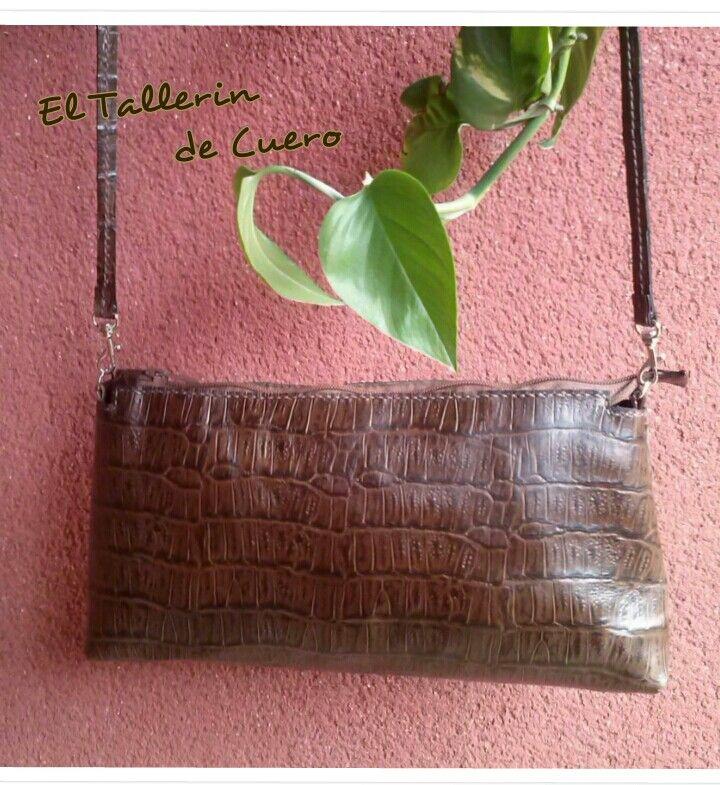 Bolso en piel de ternera con grabado de coco. Hecho a mano. Handmade. Facebook.com / El tallerin de cuero. Artesania Paloma.